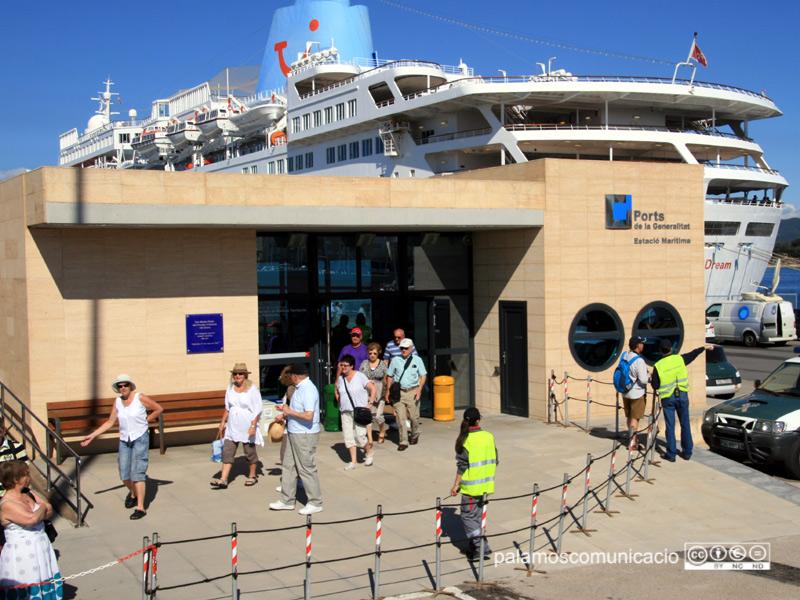 Activitat de desembarcament de passatgers al port de Palamós.
