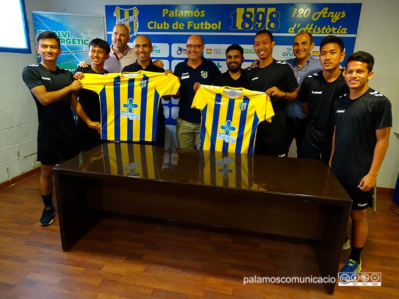 Jugadors de l'acadèmia Vamos Indonesia que es formaran en equips de la Fundació.