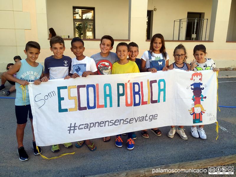 Alumnes de cinquè de l'escola La Vila i organitzadors del cinema a la fresca.