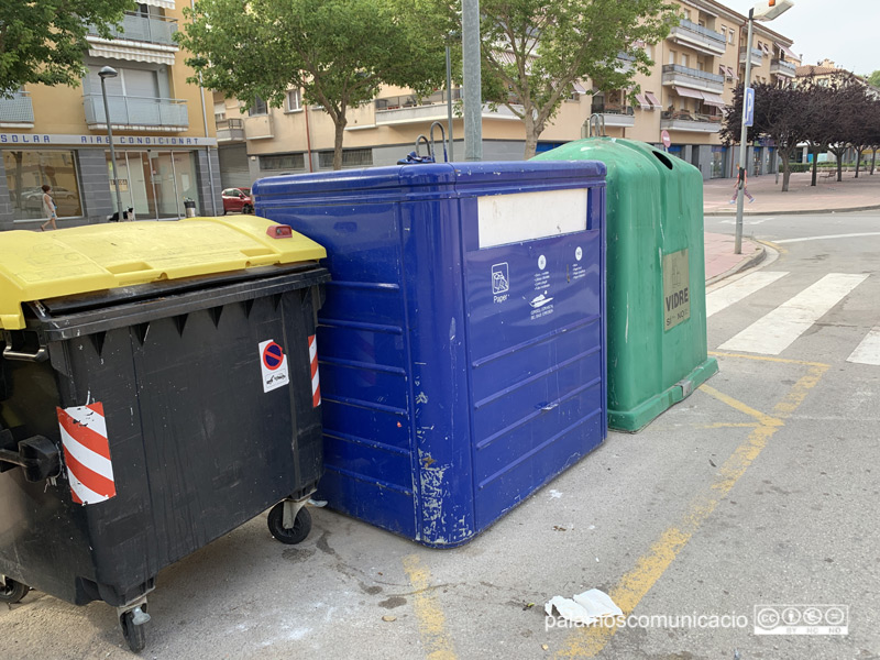Contenidors de residus, entre ells i un de paper i de vidre,  al carrer d'Enric Vincke.
