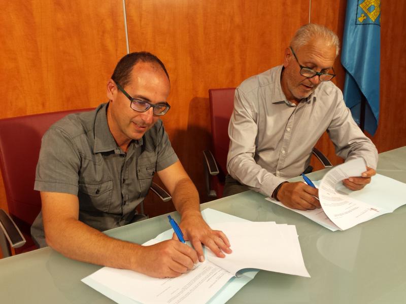 L'alcalde de Palamós, Lluís Puig i el representant de l'empresa gestora de l'Arinco, Víctor Lafuente, durant la signatura del conveni.
