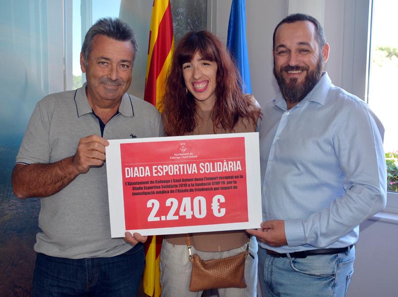 Mireia Gómez rep el xec de mans de l'alcalde Miquel Bell-lloch i el regidor d'Esports, Salvador Miquel. (Foto: Ajuntament de Calonge i Sant Antoni).
