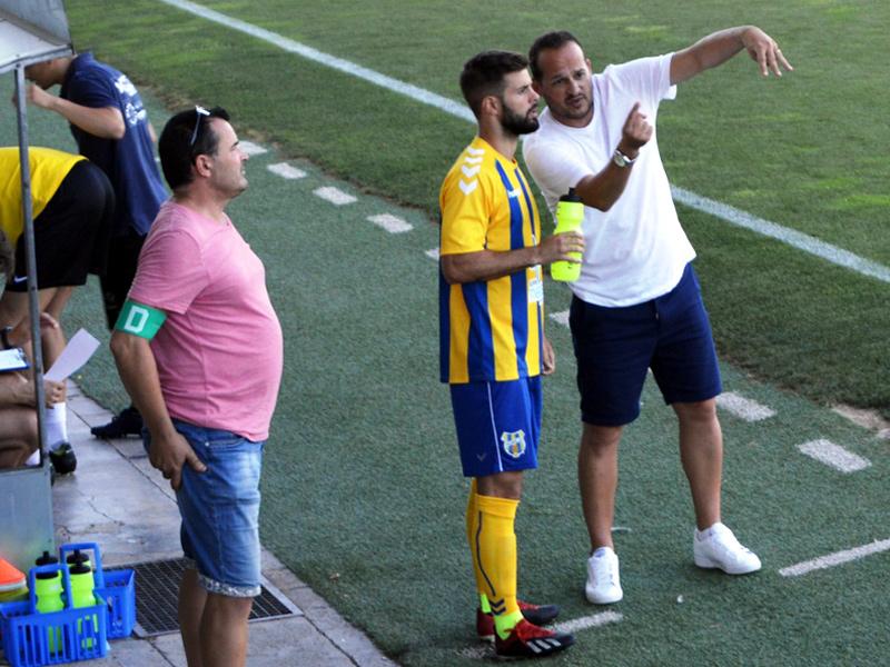 Mármol, donant instruccionts a Cornellà durant un partit de pretemporada. (Foto: S. Cortés).