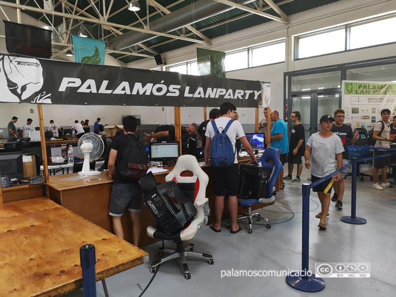 Muntatge del Palamós Lan Party a la Nau dels 50 metres.