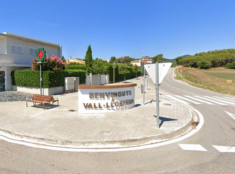 L'entrada de Vall-llobrega des de la carretera C-31.