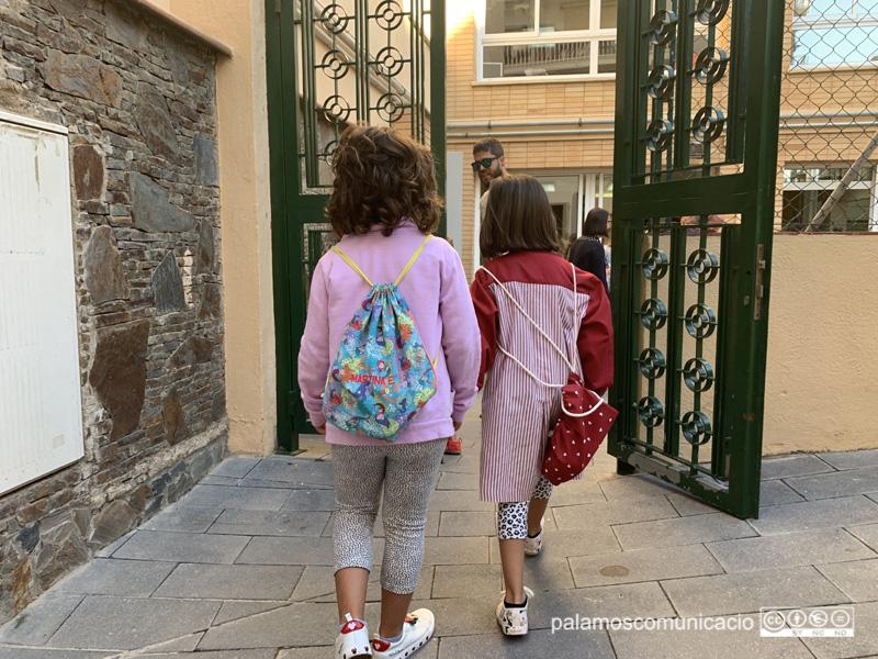 Dues nenes de P5 de l'Escola Vedruna, entrant a classe aquest matí.