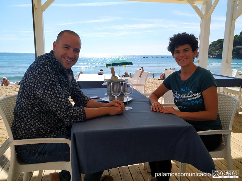 Jaume Montanyà i Clara Antúnez, de La Gastronòmica, al xiringuito Sansi Bar.
