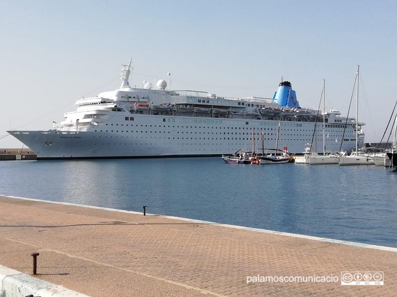 El Marella Dream, al port de Palamós.