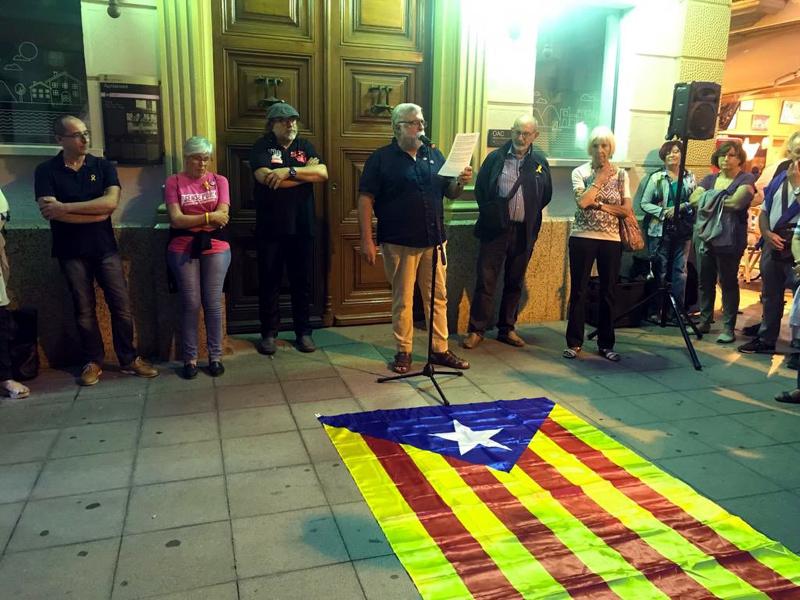 La concentració es va fer ahir al vespre davant l'Ajuntament. (Foto: ANC Palamós, Sant Joan i Vall-llobrega).
