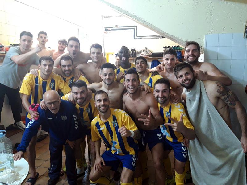 Els jugadors del Palamós, exhultants, celebrant al vestidor la quarta victòria seguida. (Foto: Palamós CF).