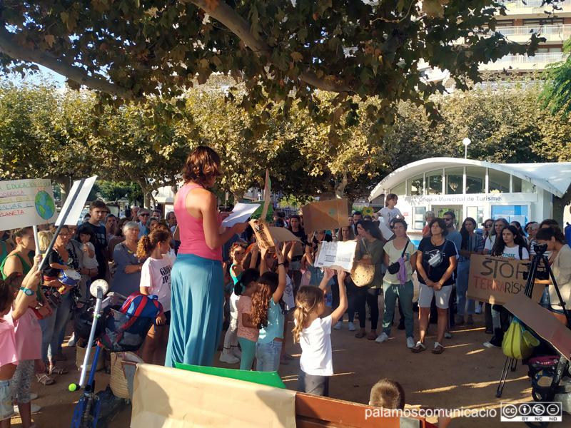 Desenes de persones es van concentrar divendres als Jardins de l'1 d'Octubre.