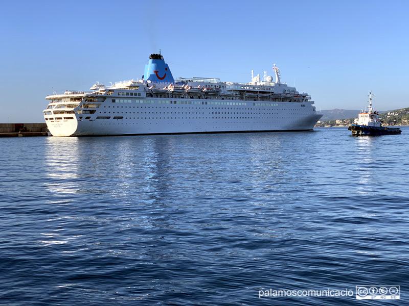 El Marella Dream entrant aquest matí al port de Palamós.