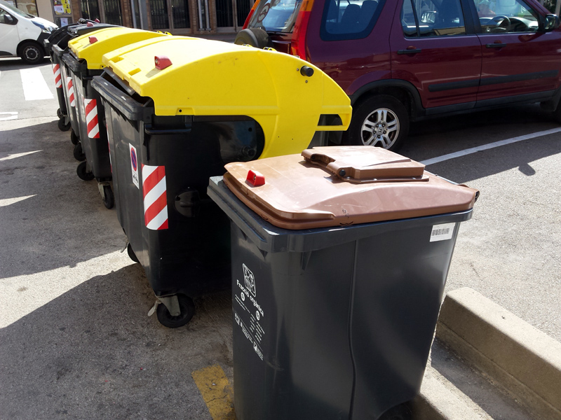 El nou contenidor d'orgànica, amb la portella situada en la seva part superior. (Foto: Ajuntament de Palamós).