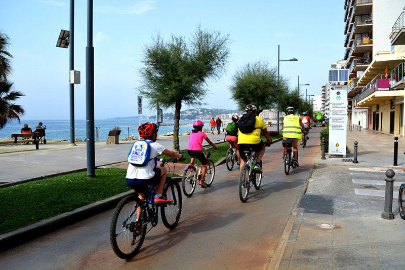 Ciclistes al passeig de Sant Antoni, en una imatge d'arxiu. (Foto: Ajuntament de Calonge i Sant Antoni).