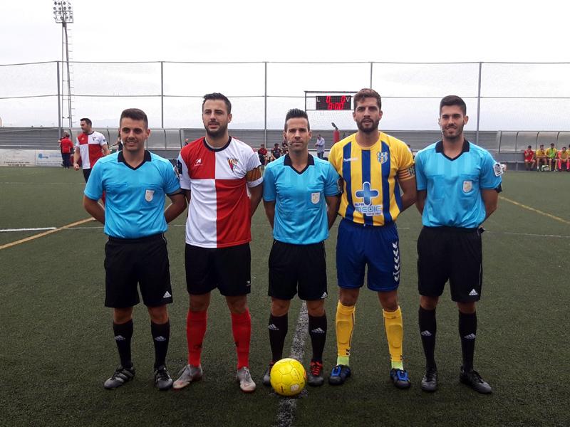 El capità David Cano, amb el seu homòleg del Rubí i la tripleta arbitral, ahir abans del partit. (Foto: Palamós CF).