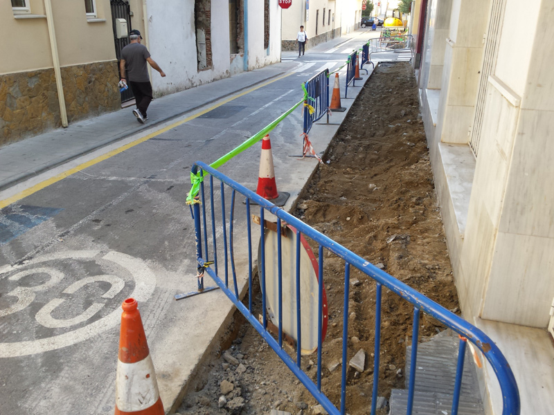 Inici de les obres d'arranjament de voreres, al carrer de Sant Joan Baptista de La Salle. (Foto: Ajuntament de Palamós).