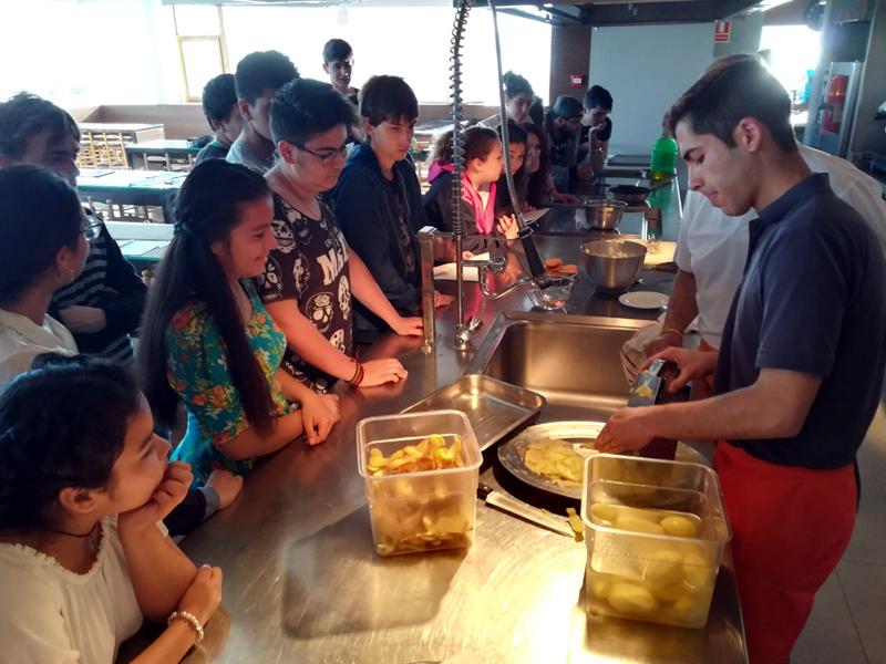 Imatge d'un curs de cuina per a joves realitzat a l'Espai del Peix. (Foto: Ajuntament de Palamós).