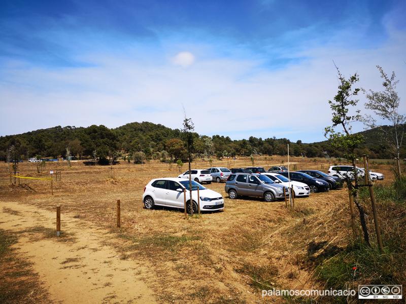 Cotxes en el nou aparcament de Castell, aquest estiu.