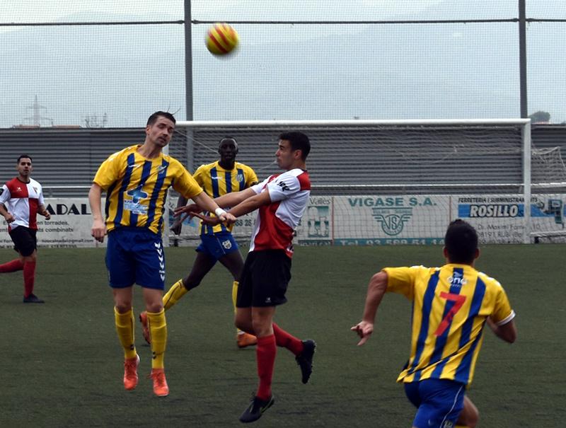Dani Muela, saltant i disputant una pilota amb el cap durant el partit de Rubí. (Foto: S. Cortés www.fanspalamoscf.com).