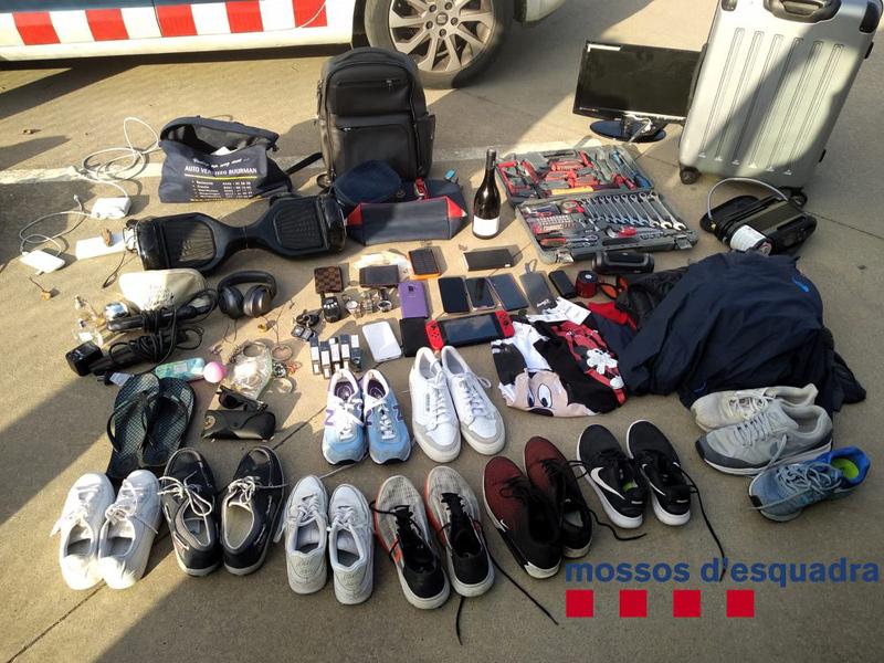Alguns dels objectes que la policia va sostreure. (Foto: Mossos d'Esquadra).