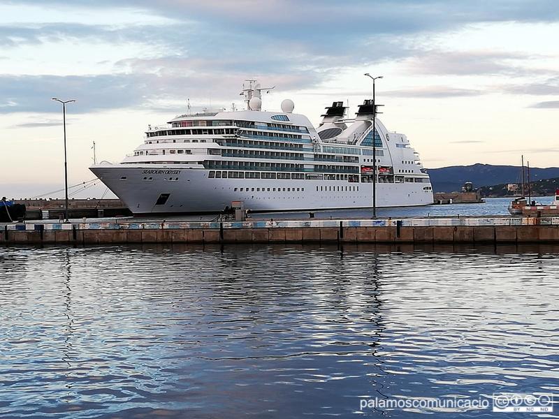 El creuer Seabourn Odissey, aquest matí al port de Palamós.