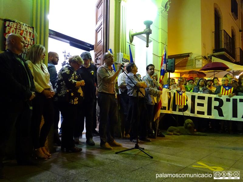 L'alcalde i regidors d'ERC i Junts per Catalunya, durant la protesta contra la sentència el passat dilluns.