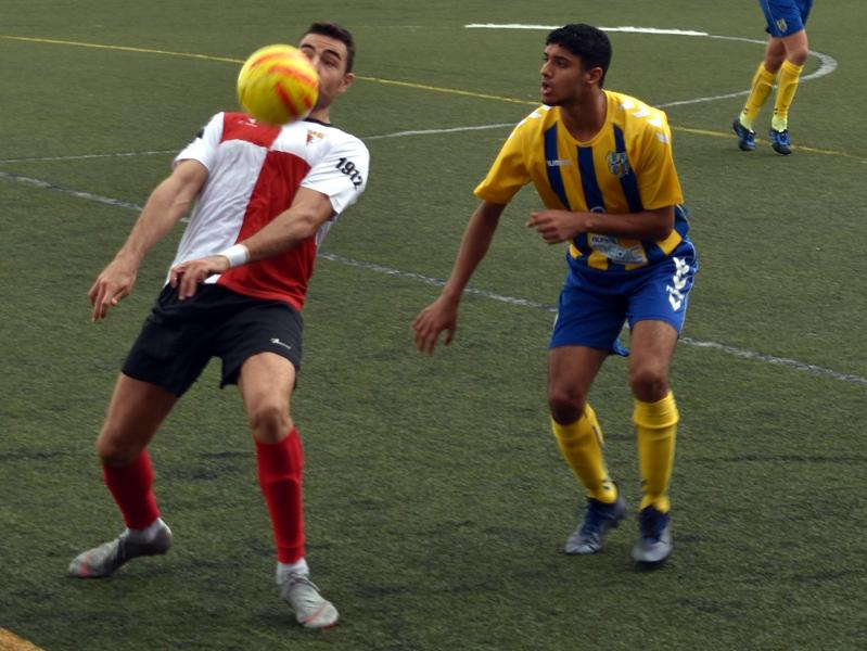 El jove jugador del Palamós, Ayoub, disputant una pilota a Rubí. (S. Cortés fanspalamoscf.com).