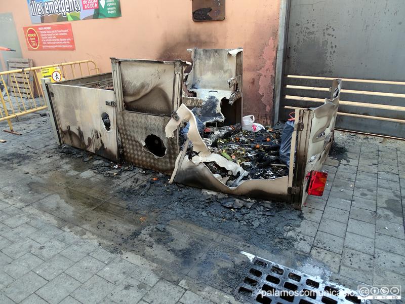Restes del contenidor cremat a l'Adrià Alvárez, aquest matí.