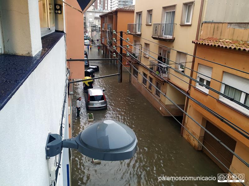 El carrer d'Orient inundat, a quarts de cinc d'aquest tarda.