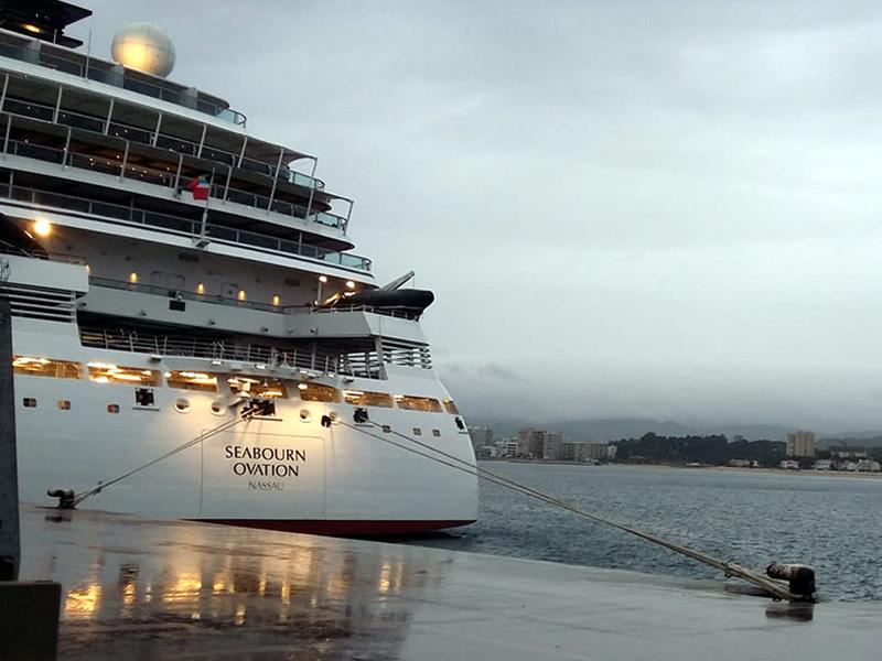 El Seabourn Ovation, aquest matí al port de Palamós. (Foto: visitpalamos).