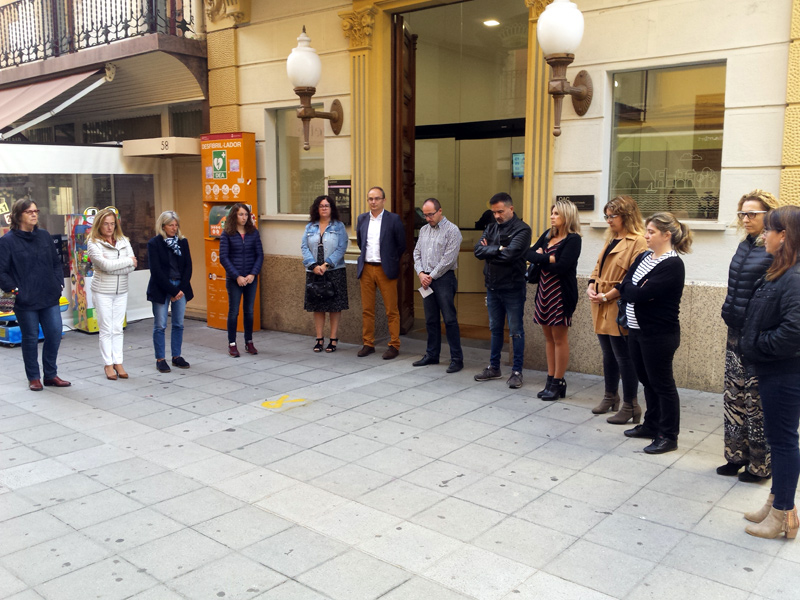 Representants municipals, durant el minut de silenci davant l'Ajuntament. (Foto: Ajuntament de Palamós).