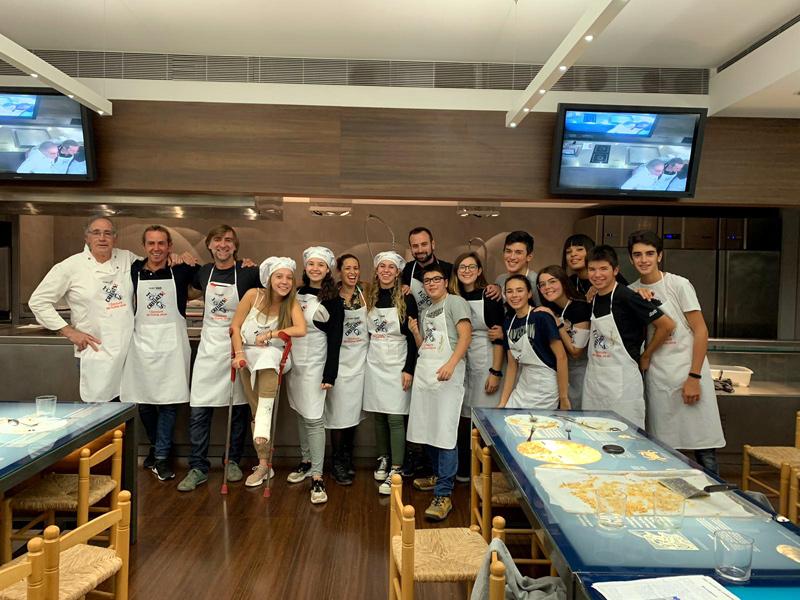 Els cuiners i participants del concurs 'Focs Creuats'. Les guanyadores amb el barret de xef. (Foto: Ajuntament de Palamós).