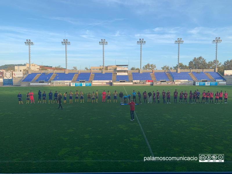 Els jugadors del Palamós CF i l'FC l'Escala abans de començar el partit.
