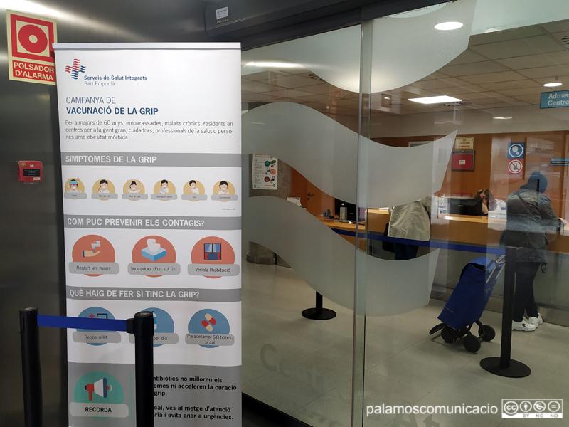 Cartell informatiu de la campanya de vacunació de la grip, al CAP de Palamós.