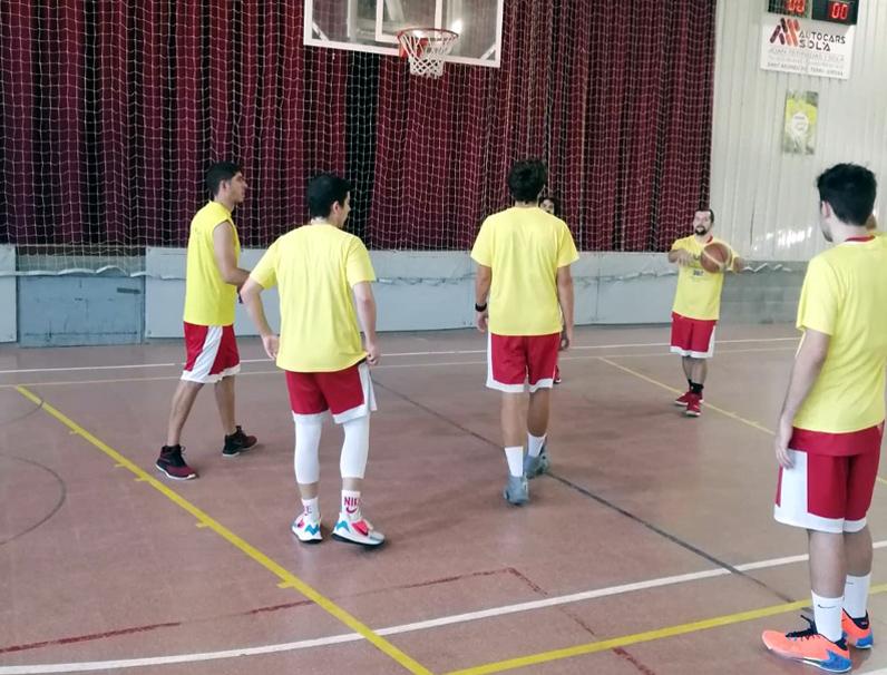 Jugadors de l'Unió Bàsquet escalfant abans del partit a Cornellà de Terri. (Foto: CE Palamós).