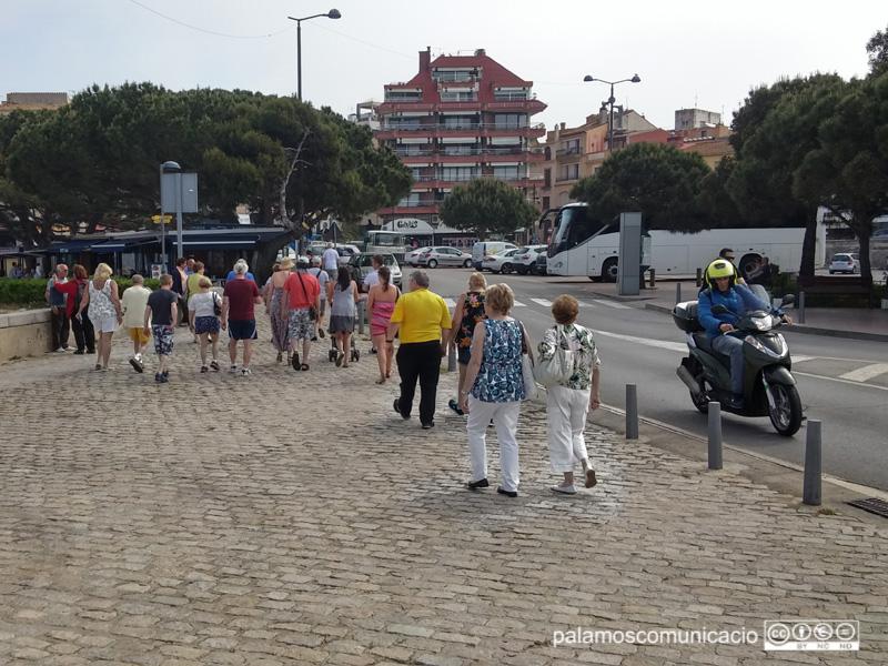 Creueristes dirigint-se cap al centre urbà de Palamós.