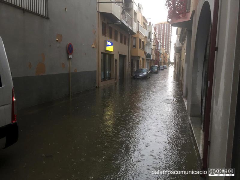 Inundació en un carrer de l'Eixample de Palamós, fa dues setmanes.