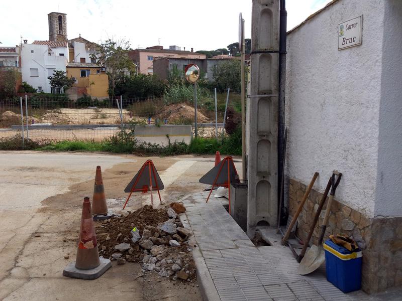 Rases per a la canalització de la xarxa elèctrica d'aquest nou enllumenat al carrer del Bruc. (Foto: Ajuntament de Palamós).