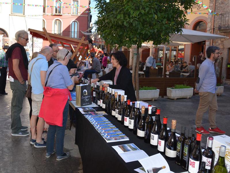 Parades de vi al centre històric de Calonge. (Foto: Ajuntament de Calonge i Sant Antoni).