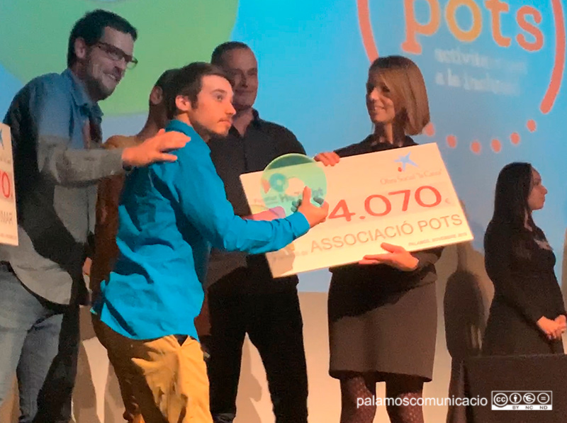 L'associació Pots en el moment de rebre el xec de 4.070€ a la Gala dels Socis de Fecotur, la passada setmana.