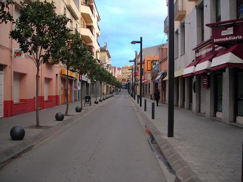Carrer comercial de Palamós un dia festiu.