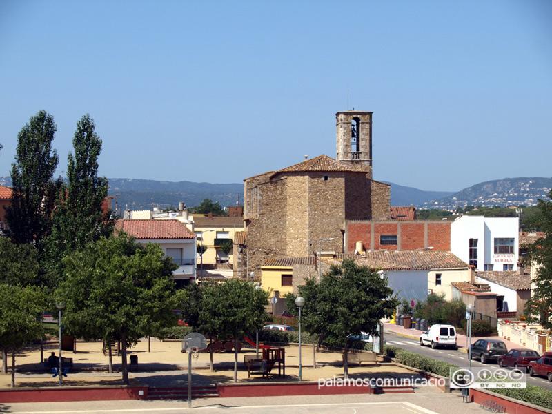 La plaça de mossèn Gumersind, amb l'església de Santa Eugènia de fons.