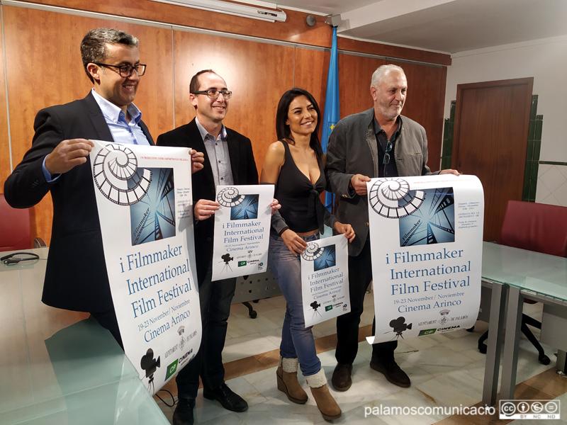 Mari Cielo Pajares, directora de l'esdeveniment, amb l'alcalde Lluís Puig i representants del cinema Arinco, ahir a l'Ajuntament.