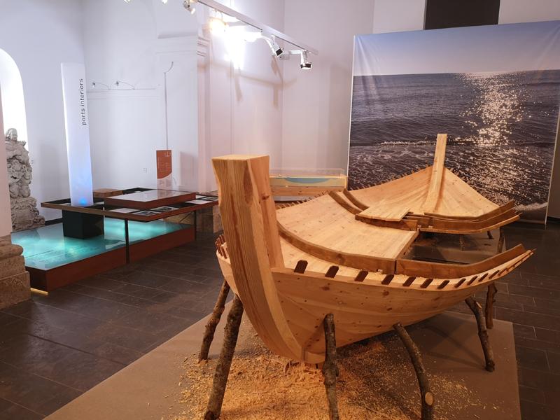 Imatge d'una part de l'exposició Navegants d'aiguamolls' que es mostra a la Capella del Carme. (Foto: Ajuntament de Palamós).