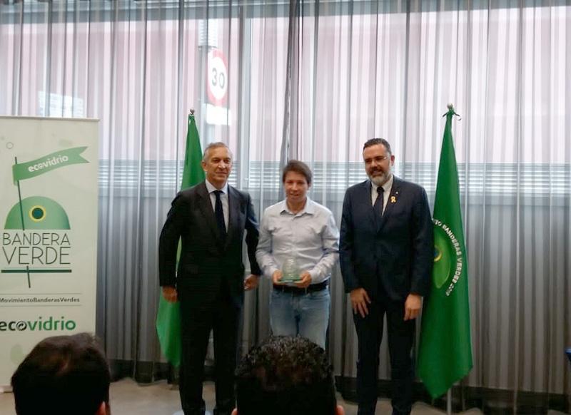 El regidor Xavier Lloveras, al mig, recollint ahir a Girona el premi Bandera Verde. (Foto: Ajuntament de Palamós).