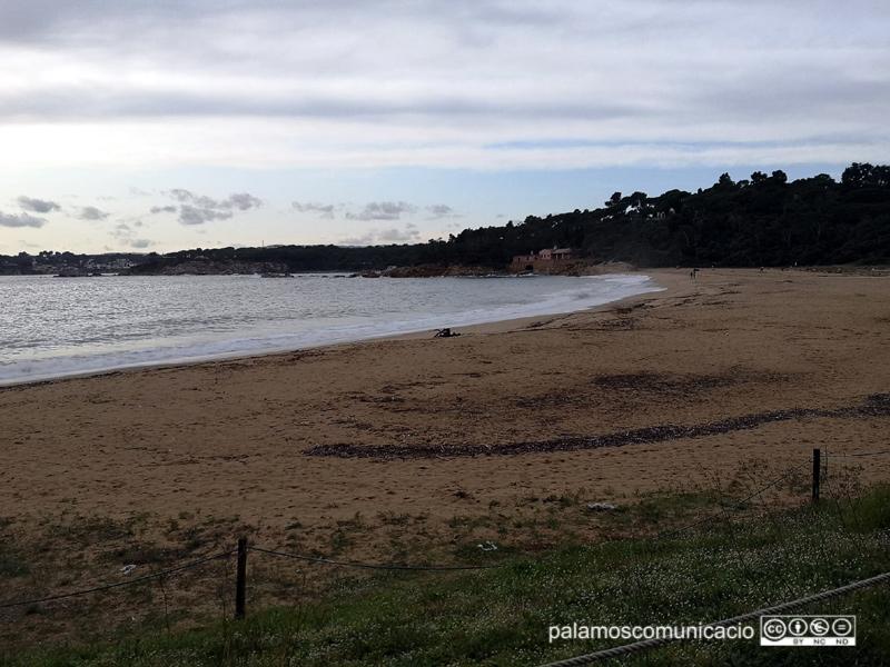 Una imatge de la platja de Castell, aquesta setmana passada, amb un cel mig ennuvolat.