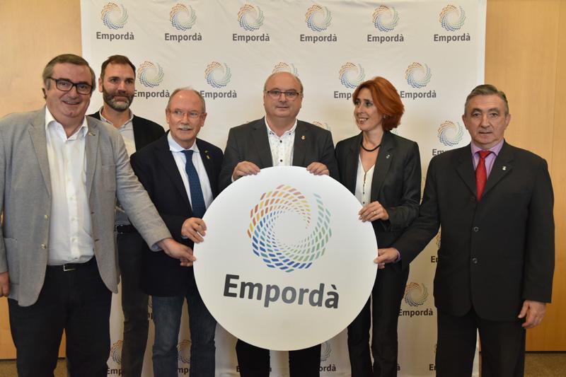Els responsables dels consells comarcals empordanesos, amb el logo de la nova marca. (Foto: CCBE)