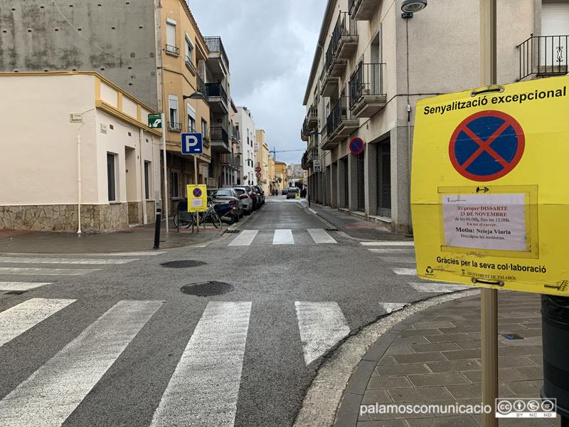 Restricció de l'aparcament al carrer de Muntaner, a causa del 'Fem dissabte'.