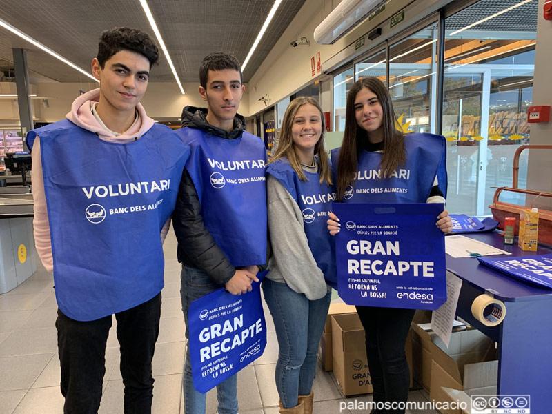 Un grup de joves voluntaris del Gran Recapte, aquest matí a Palamós.