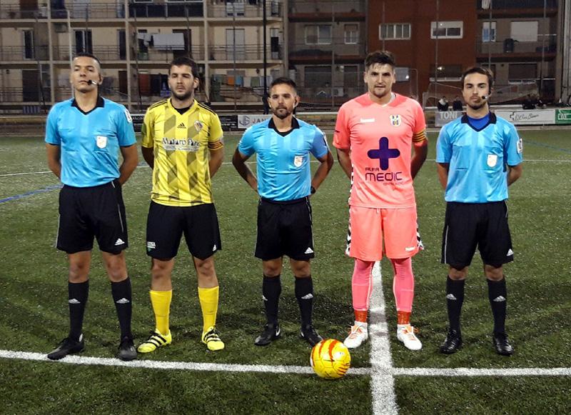 Fotografia dels capitans i l'equip arbitral, ahir abans del Mataró-Palamós. (Foto: Twitter Palamós CF)